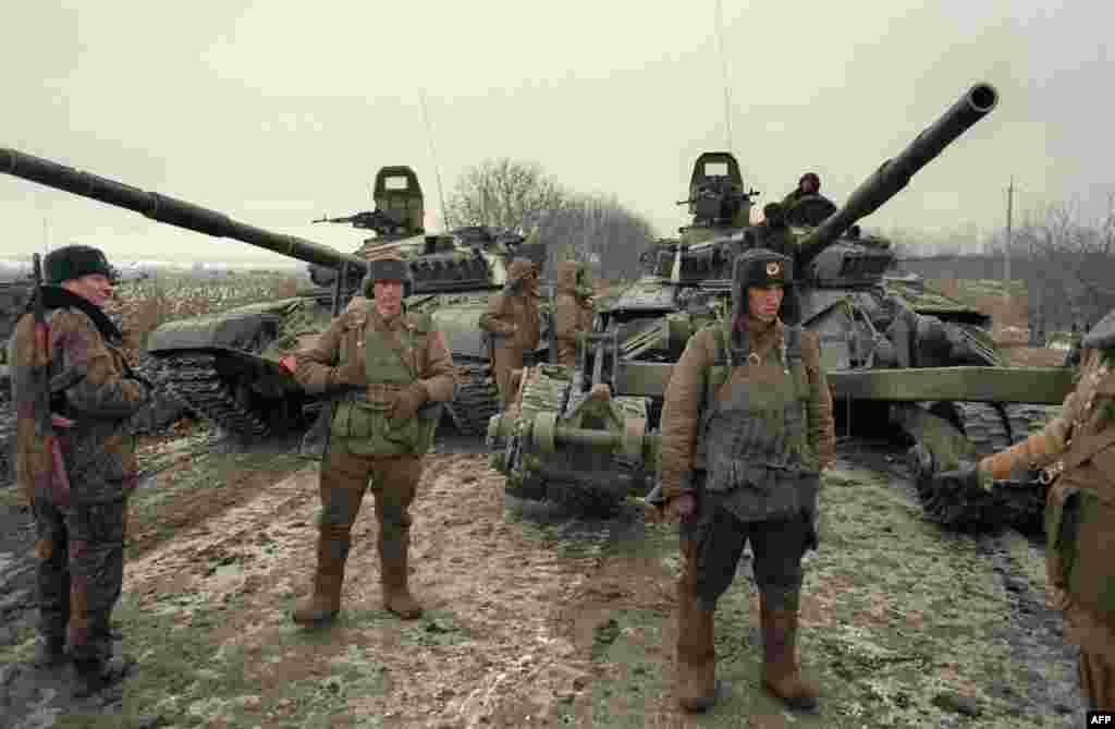 """Опасения, что независимость Чечни может привести к """"эффекту домино"""" и дальнейшему распаду новообразованной Российской Федерации, привели к войне. Наземная атака началась 11 декабря 1994 года На фото –российские войска недалеко от Грозного"""