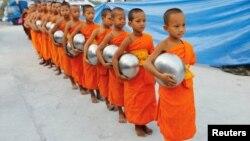 Буддийские монахи движения Дхаммакая готовятся собирать пожертвования