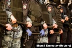 Центр Москвы был оцеплен полицией и наводнен автозаками еще днем, однако силовики не задерживали протестующих и не пытались их разгонять. Фото: Reuters