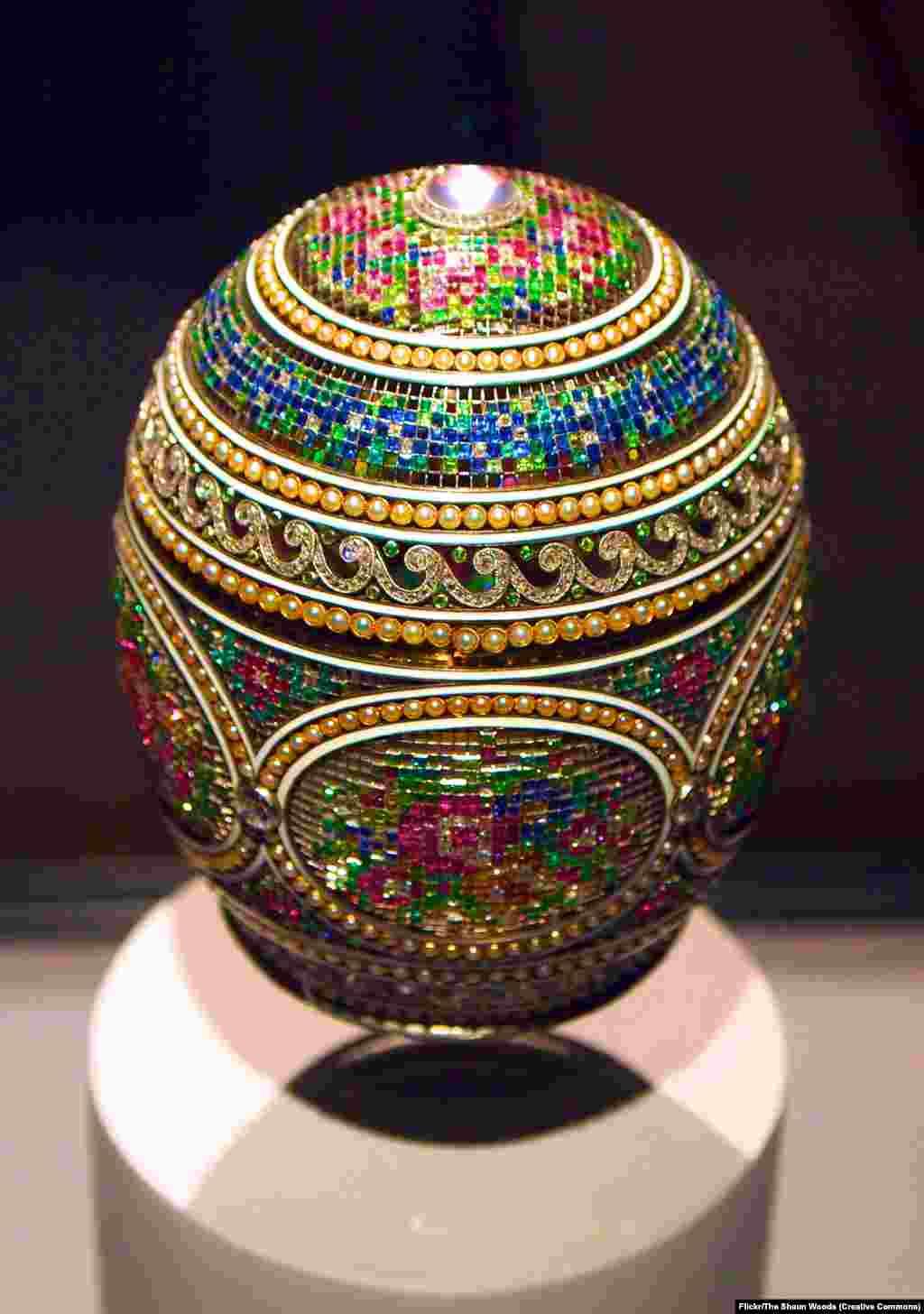 """""""Мозаичное"""" яйцо. В России существует традиция преподносить в качестве подарков к Пасхе декорированные яйца как символ весеннего возрождения и плодородия. Цари и их ювелиры обратили эту православную традицию в захватывающее искусство."""