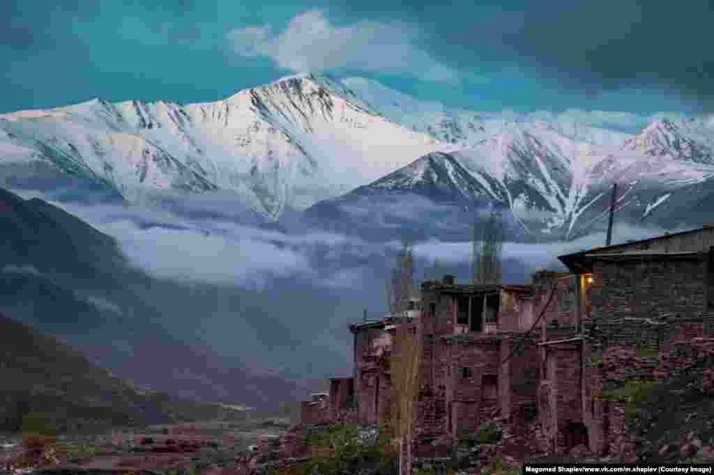 А эти каменные дома – древний аул, где живут потомки переселенцев из Шираза (Иран)