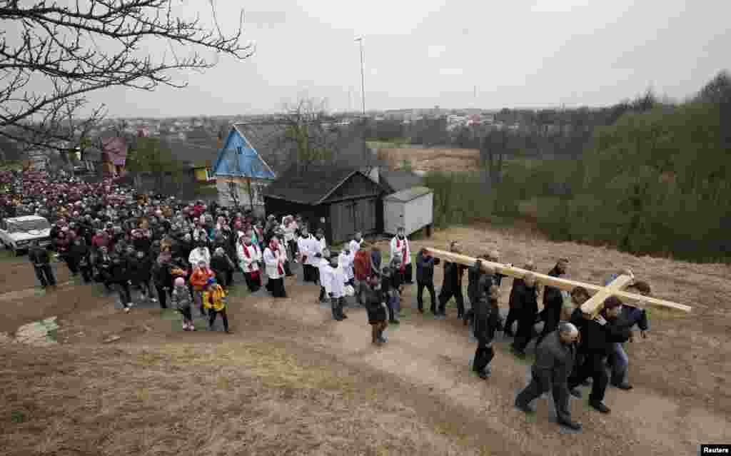 Католики в городе Ошмяны Гродненской области Беларуси принимают участие в праздничной процессии по случаю Вербного воскресенья
