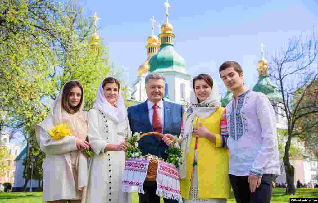 Пасхальная открытка от президента Украины и его семьи