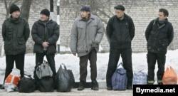 Заключенные готовятся к отправке в ЛТП