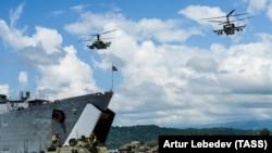 Вертолеты Ka-52 на учениях в Гадауте