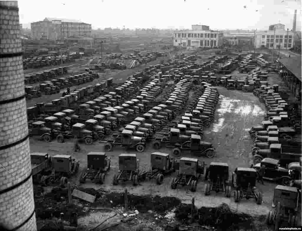 Новые грузовики ГАЗ-АА на площади завода в Нижнем Новгороде. Партнерство с американским концерном было выгодно обеим сторонам: СССР получил современные технологии производства и обучения, которые Москва позже использовала в других отраслях, а контракт на 30 млн долларов дал возможность Ford выйти на неизведанный ранее рынок