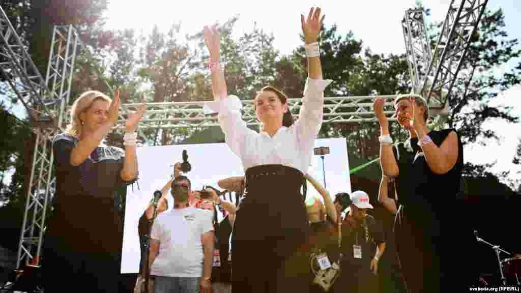 Кандидат в президенты Светлана Тихановская выступает перед 20 тысячами человек на предвыборном пикете в Бресте, 2 августа.