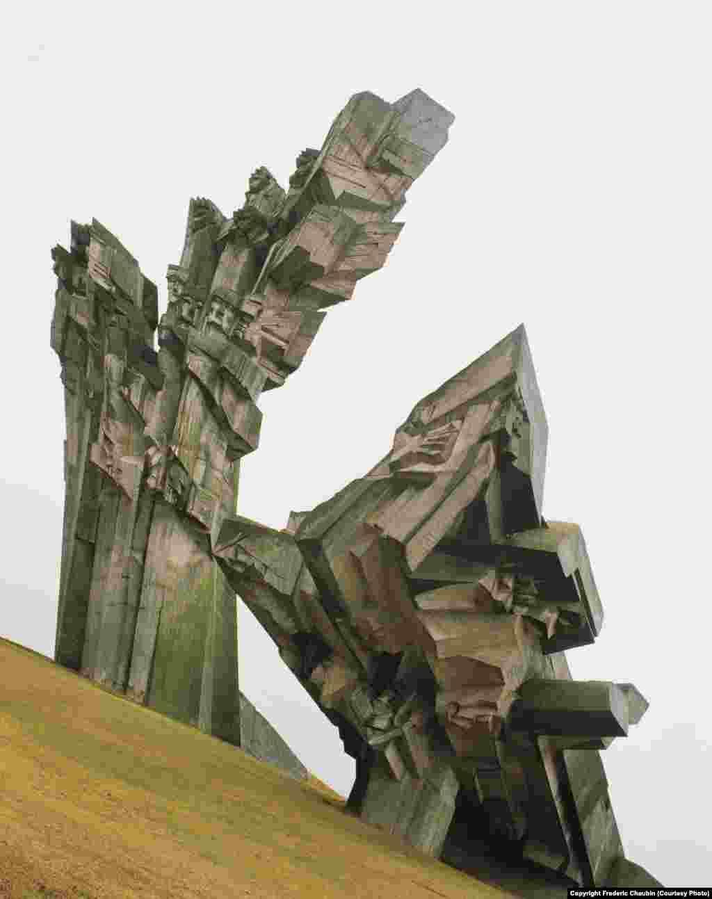 Построенный в XIX веке IX форт Ковенской крепости в Каунасе (Литве) НКВД использовало в качестве центра временного содержания для политзаключенных, которых позже отправляли в трудовые лагеря ГУЛАГа. Во время оккупации Литвы Германией во время Второй мировой форт использовали для массовых расстрелов. На месте трагедий в 1983 году возвели 32-метровую скульптуру Альфонсаса Амбразиунаса