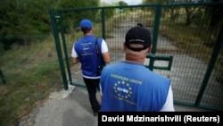 Члены Мониторинговой миссии ЕС (EUMM) на линии разграничения между Грузией и самопровозглашенной Южной Осетией в поселке Дици, август 2018 года