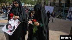 Иранские женщины агитируют за Раиси
