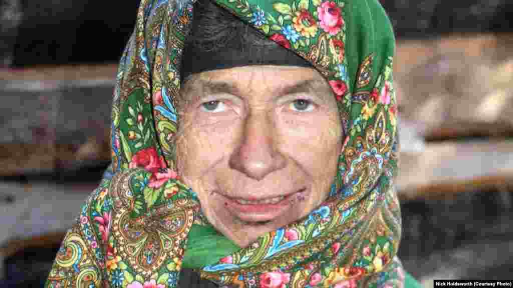 Агафья Лыкова родилась уже в Саянах в 1945 (по другим данным - в 1944) году.Ее семья, Карп Осипович и Акулина Карповна в конце 30-х годов XX века бежала в труднодоступные места сибирской тайги, опасаясь гонений из-за своей веры.