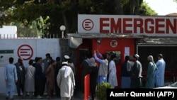 Люди собираются возле больницы в Кабуле, они разыскивают пропавших и пострадавших близких после взрыва, унесшего жизни более 170 человек. Фото: AFP