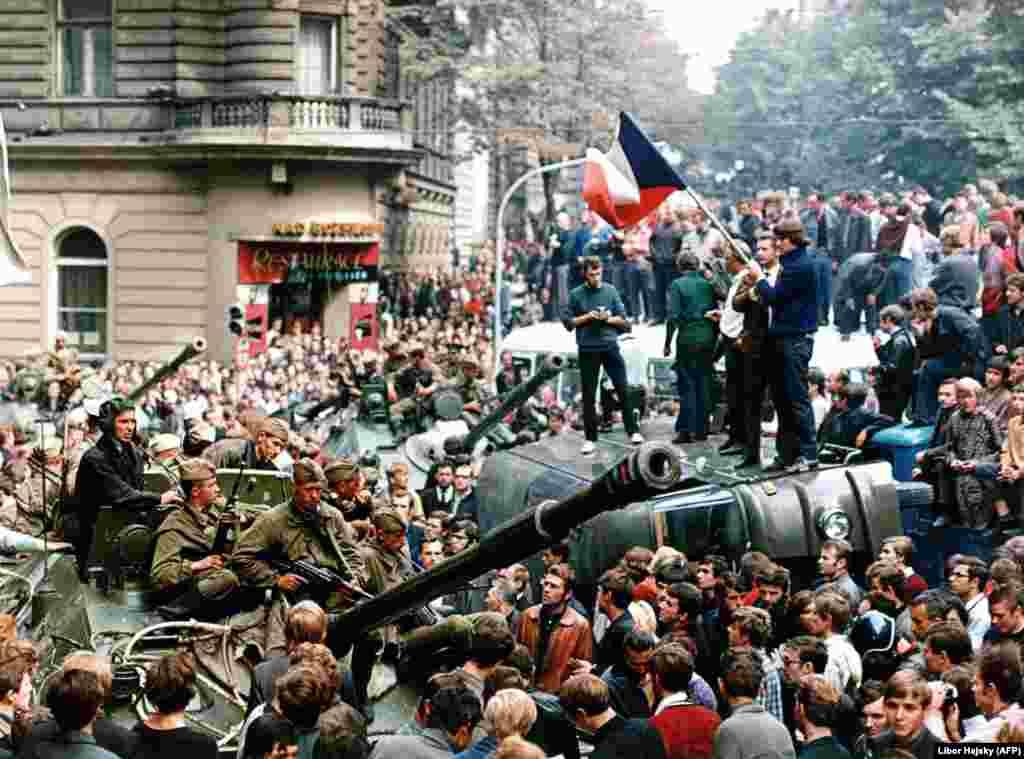 """В августе 1968 года около 7 тысяч советских танков вошли в Чехословакию, чтобы свернуть демократические реформы, начатые первым секретарем чехословацкой Коммунистической партии Александром Дубчеком (так называемый """"социализм с человеческим лицом"""")"""