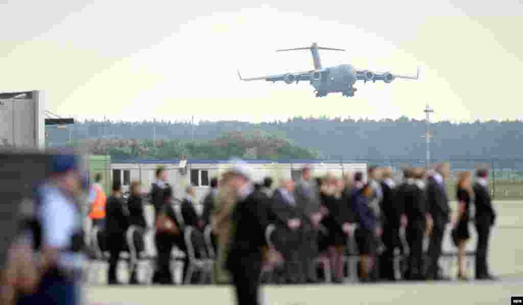 Траурная церемония в аэропорту голландского города Эйндховен. 25 июля 2014 года