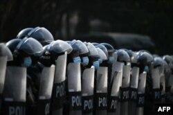 Военные в Янгоне во время протестов 7 февраля