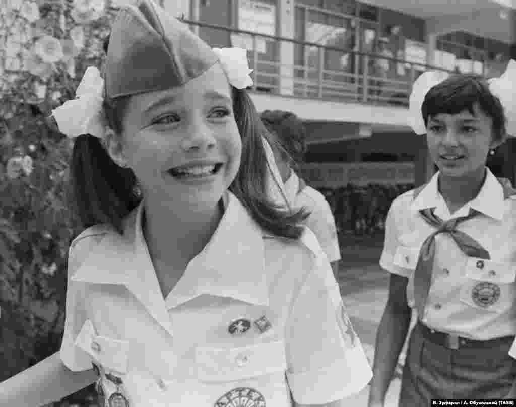 Саманта Смит родилась в городе Хоултон в штате Мэн в США в семье Артура и Джейн Смитов. Ее отец преподавал английский язык и литературу в Университете штата Мэн, а мать была социальным работником. Родители вспоминают, что их дочьбыла обычным американским ребенком: играла в школьной команде по софтболу, любила животных, хоккей на траве и фортепиано. Ее единственным отличием был интерес к политике: когда ей было всего 5 лет, девочка написала свое первое письмо главе государства –британской королеве Елизавете II, когда та находилась с визитом в Канаде. И даже получила на него ответ