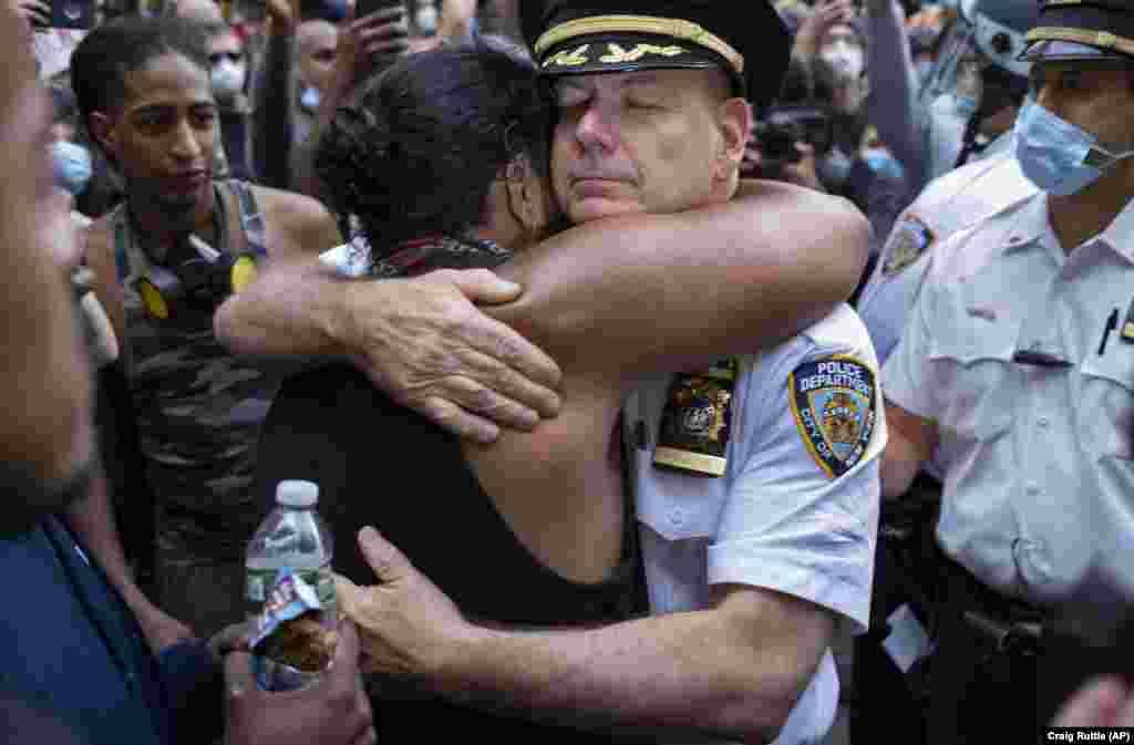 Начальник полиции Нью-Йорка Теренс Монахан обнимается с активисткой, 1 июня 2020