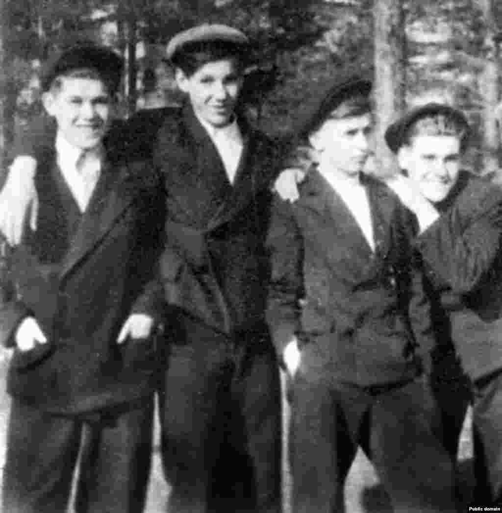 Борис Ельцин (второй слева) отдыхает с друзьями. Первый президент России в детские годы слыл одаренным и очень неспокойным ребенком. Его баловство привело к тому, что при взрыве гранаты будущий политик потерял два пальца на левой руке.
