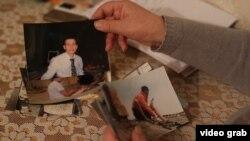 Мать Андрея Крекова показывает фотографии сына