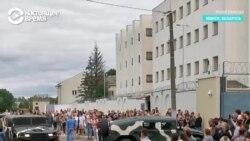 """""""Дубинками выбит крест"""": о чем говорят близкие задержанных в Минске"""
