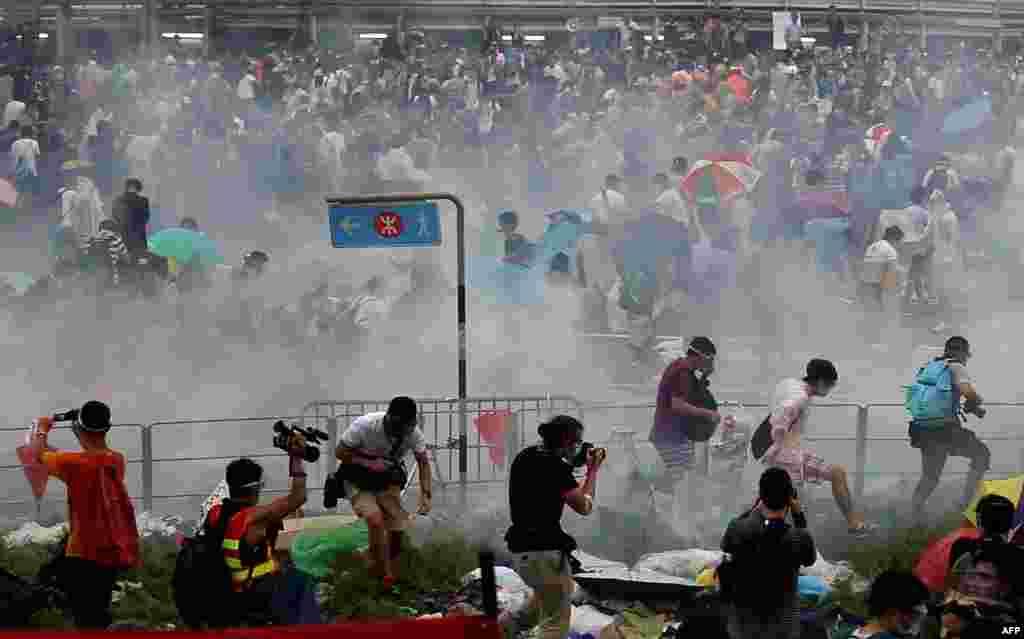 Полиция применила слезоточивый газ против демонстрантов, 28 сентября 2014 года