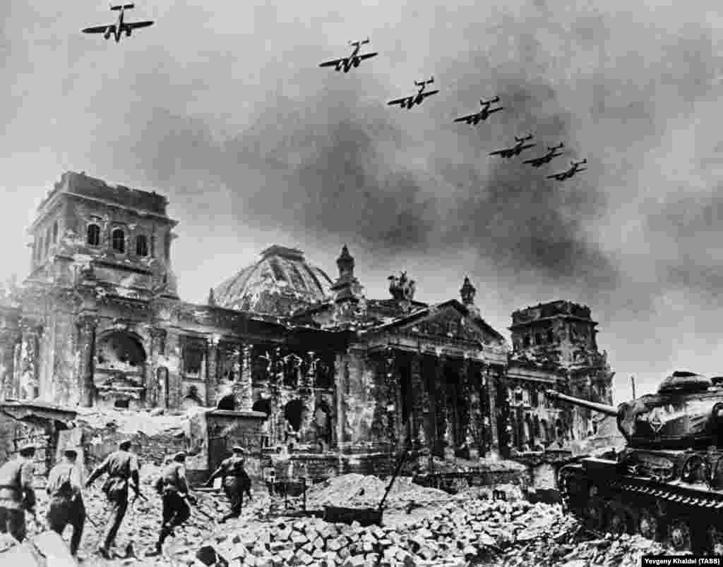 Разрушенный Рейхстаг в 1945 году. Некоторые фотографии Халдея были подделаны, а многие были отретушированы в пропагандистских целях. Но помимо монтажа и пропаганды в архиве Халдея есть и выдающиеся примеры документальной фотожурналистики