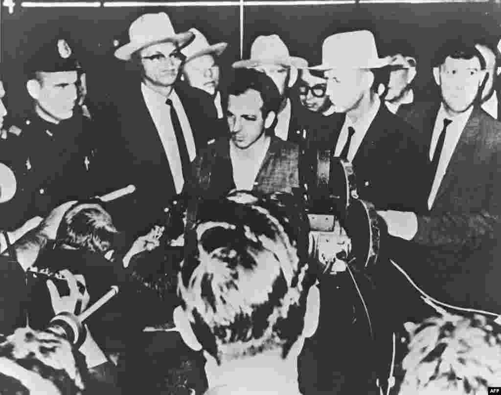 Ли Харви Освальд, задержанный по подозрению в убийстве президента Кеннеди, на пресс-конференции в Далласе 22 ноября 1963 года.