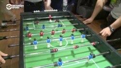 Два будущих депутата Рады играют в настольный футбол