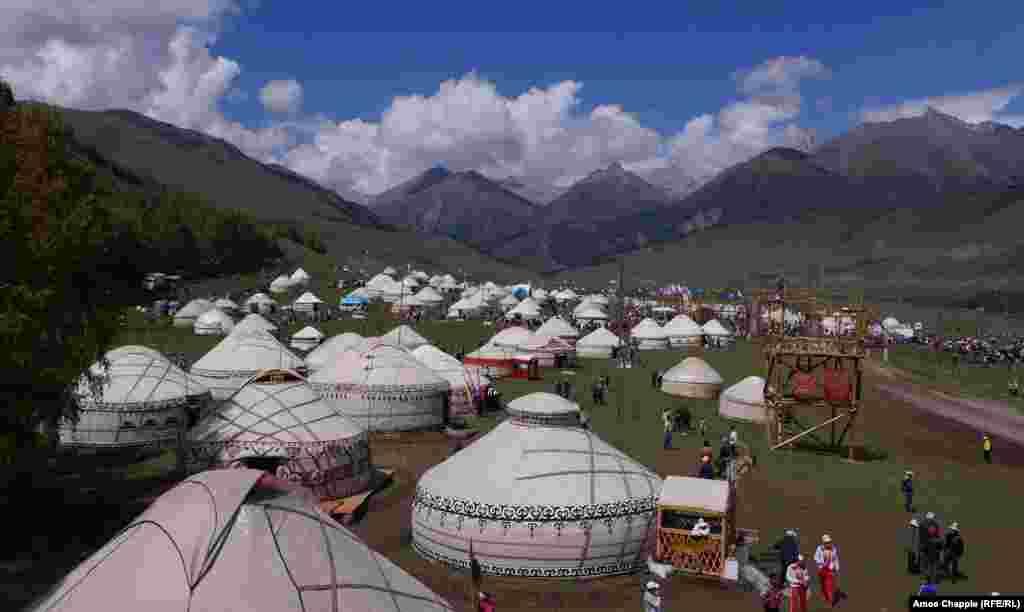 """Другим сильным впечатлением для Чаппла стали киргизские пейзажи. Долину, где был разбит этнографический городок из юрт, он сравнивает с альпийскими пейзажами из фильма """"Звуки музыки"""". Иногда, признается фотограф, ему сложно было следить за состязаниями: настолько великолепны были картины окружающей природы"""