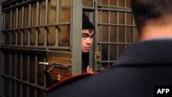 Задержанный за отсутствие регистрации выходец из Средней Азии в отделении полиции Казанского вокзала в Москве