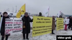 Picketers in Osinovo protest against the planned incinerator.