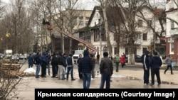 Люди собрались у здания суда в Джанкое