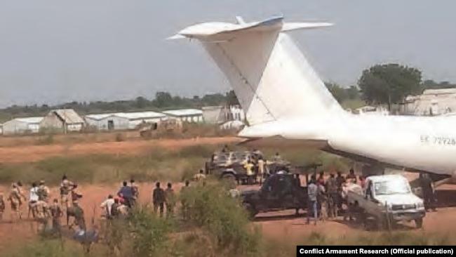 Выгрузка пикапа с пулеметом с борта EK-72928 авиакомпании Skiva Air во время гражданской войны в Южном Судане. Источник: отчет Conflict Armament Research