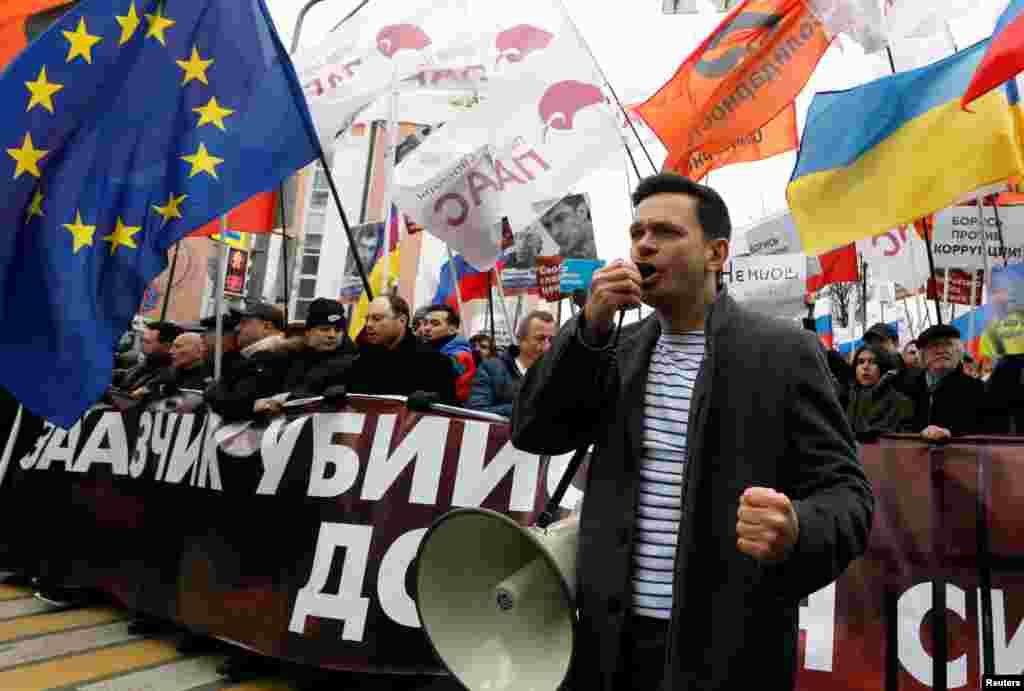 Оппозиционный политик Илья Яшин во главе колонны на Марше Немцова в Москве