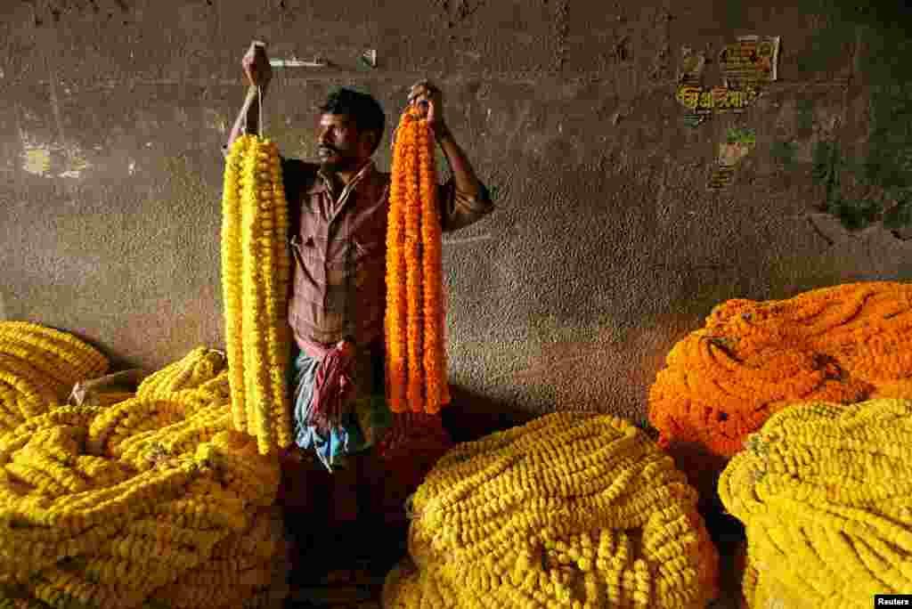 Индийские рынки – одни из самых красочных в мире. Там торгуют яркими цветами. Бархатцами украшают дома или используют их в религиозных ритуалах.  На фото – рынок восточно-индийского города Калькутта. Цветы на нем продают жители близлежащих деревень. Чтобы попасть на этот рынок, продавцам приходится проходить до 80 километров в день.