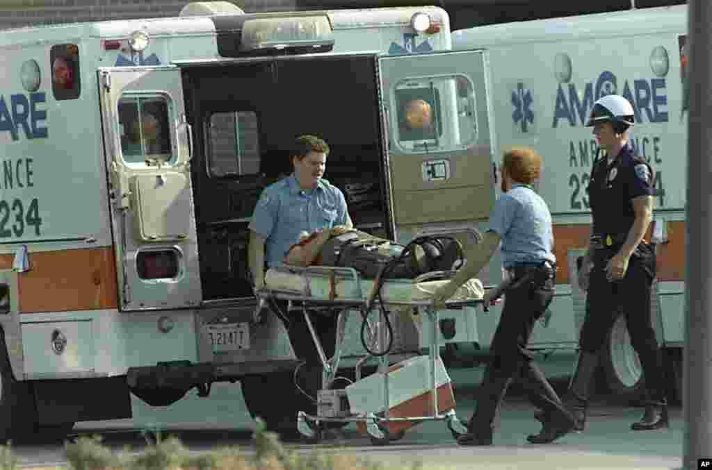 20 августа 1986 года 44-летний Патрик Генри Шеррилл, работник почтового отделения города Эдмонд, застрелил 14 сослуживцев и ранил шестерых, а потом выстрелил себе в лоб. Выжившие коллеги рассказали, что накануне трагедии у нападавшего случился конфликт с начальством.