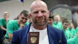 Американский боец смешанных единоборств Джефф Монсон получил паспорт гражданина России, 12 июня 2018 года. Фото: ТАСС