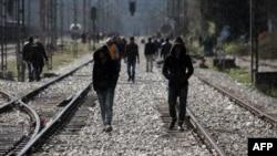 Мигранты пересекают греческо-македонскую границу