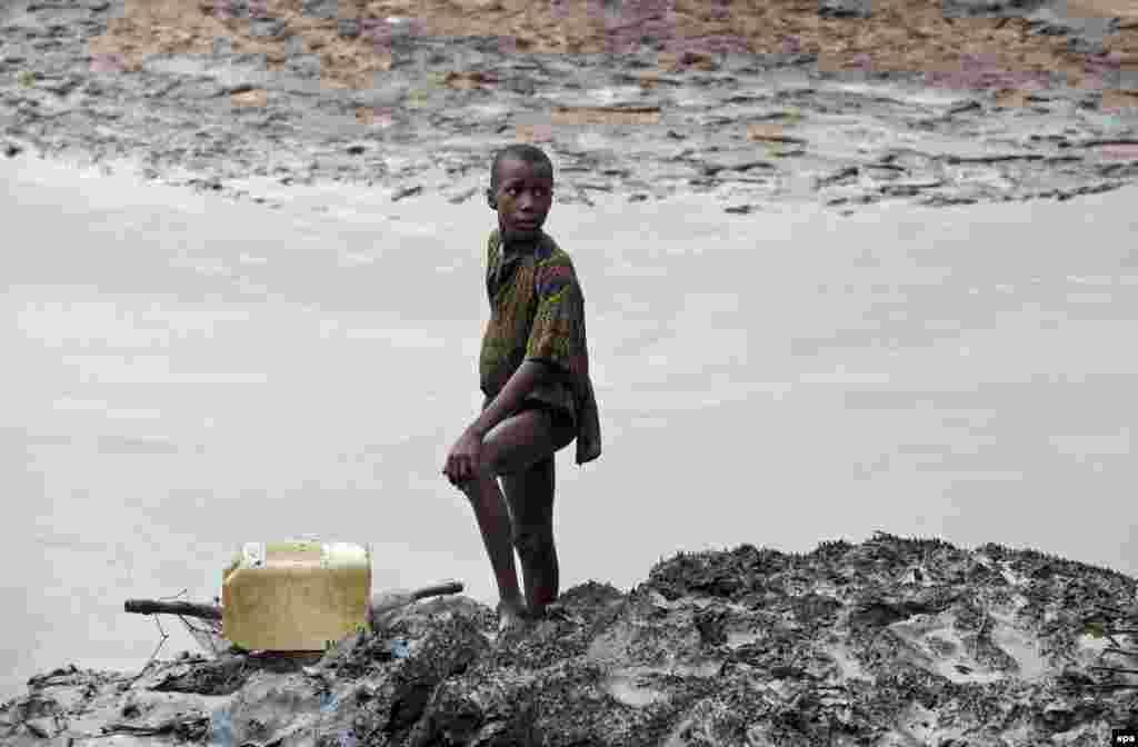 Добыча нефти в дельте реки Нигер в Нигерии привела к экологической катастрофе. Здесь регулярно происходят разливы нефти, а из труб НПЗ в атмосферу поступают свыше 250 видов ядовитых веществ. Они стали не только причиной гибели окружающей среды, но и респираторных и онкологических болезней местных жителей