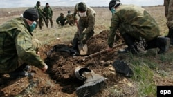 Добровольцы эксгумируют останки бойца Вооруженных сил Украины, погибших во время боев за Дебальцево