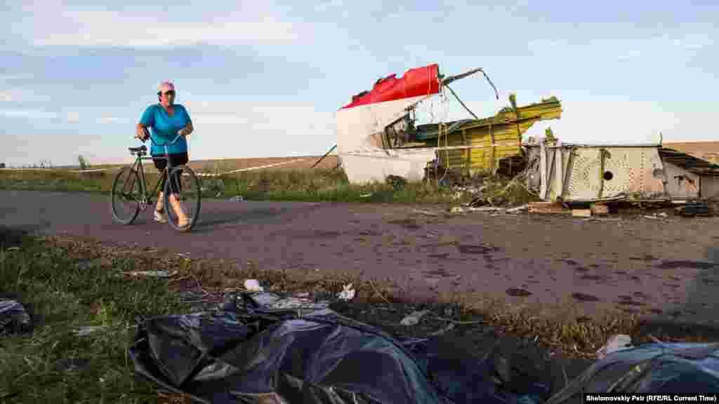 """Самолет упал в районевооружённого противостояния на востоке Украинымежду бойцами непризнанных """"ЛНР"""" и """"ДНР"""" и военными силами Украины"""