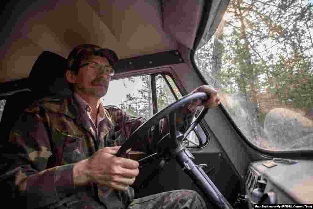 На фото - глава лесничества Константин Козлов исследует состояние острова