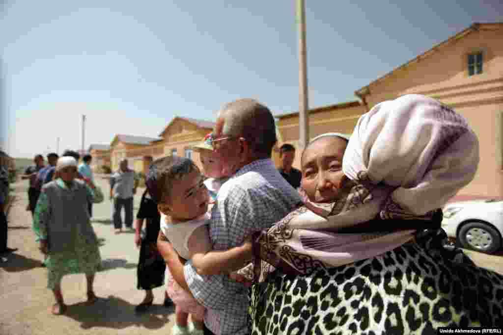 """""""Ребенка воспитывай с колыбели"""", гласит казахская пословица. Считается, что в этот день нужно читать ребенку молитвы и давать жизненные установки - это повлияет на его дальнейшую жизнь"""