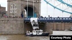 """Акция в поддержку арт-группы """"Война"""" на Тауэрском мосту в Лондоне. Великобритания, 13 мая 2013 года"""