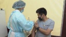 """""""Я подумаю"""", """"Я еще не готова"""": казахстанцы пока не спешат делать прививки"""