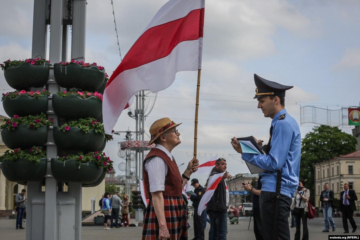 """""""Вышла, подняла флаг и стоит"""". Пенсионерка из Беларуси должна государству 16 тысяч долларов за акции протеста"""