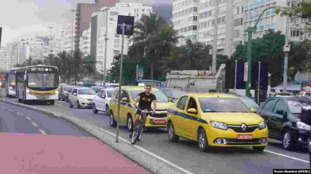 Пробки на дорогах – проблема вРио-де-Жанейро. Дорога от центра города до Олимпийской деревни в районе Барра занимает полтора часа. Билет на автобус без кондиционера стоит3,8 реала (примерно 1,5 доллара), на автобус с кондиционером и интернетом 10 реалов ( примерно три с половиной доллара)