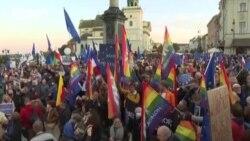 """""""Попытка тихо вывести Польшу из ЕС"""". В Варшаве прошли многотысячные протесты после решения Конституционного суда"""