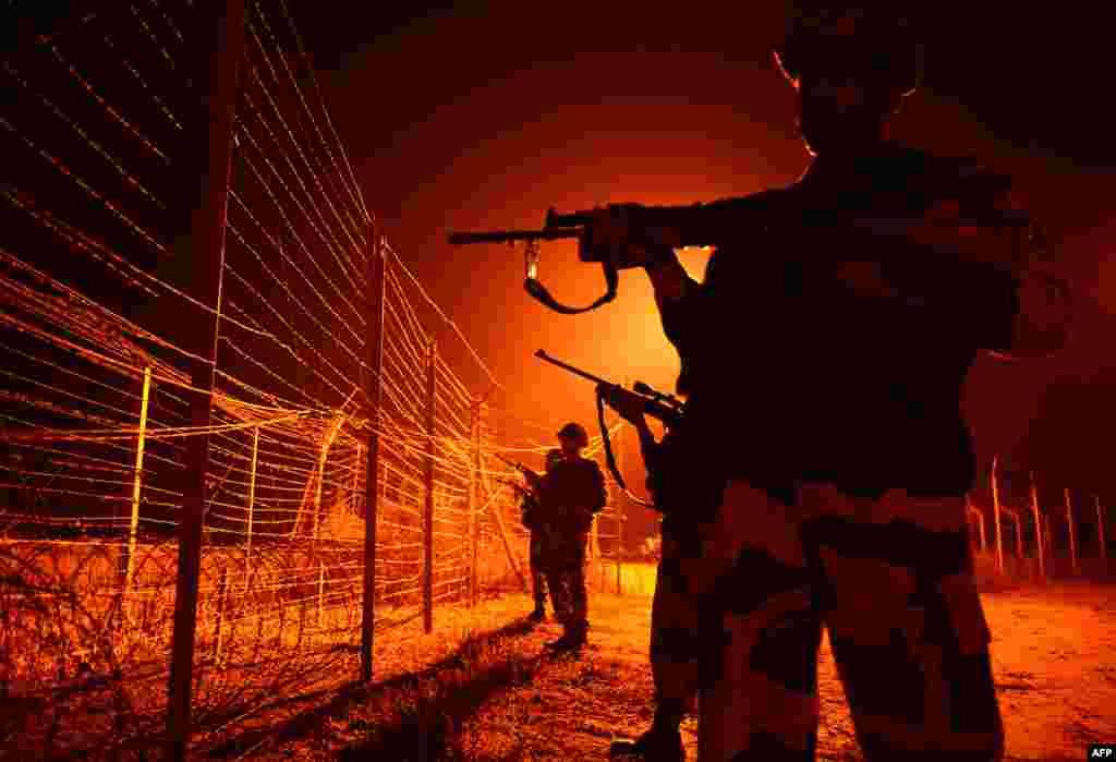У Пакистана также существует стена на границе с Индией.Демаркационная линиямежду странами проведена по территории бывшего княжества Джамму и Кашмир, на территорию которого претендуют оба государства. Граница не признана юридически, но де-факто она существует