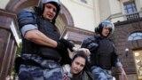 Активисты раскрывают личности полицейских, которые участвовали в силовом разгоне акции протеста в Москве